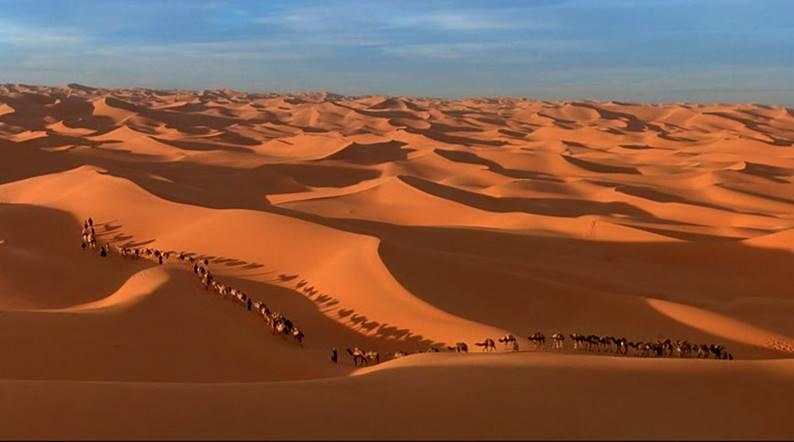 """Sacharos dykuma filme hipnotizuoja savo platybėmis ir paslaptimis Kadras iš filmo """"Po dangaus skliautu"""". Šaltinis – kinokopilka.tv"""