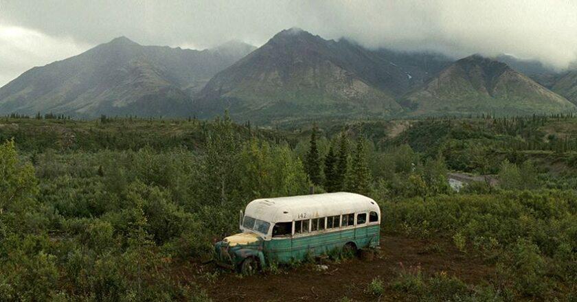"""Laukinė gamta romantiškam keliautojui gali tapti ne tik palaimos šaltiniu, bet ir pražūtinga aklaviete Kadras iš filmo """"Atgal į gamtą"""", Šaltinis – filmcaptures.com"""