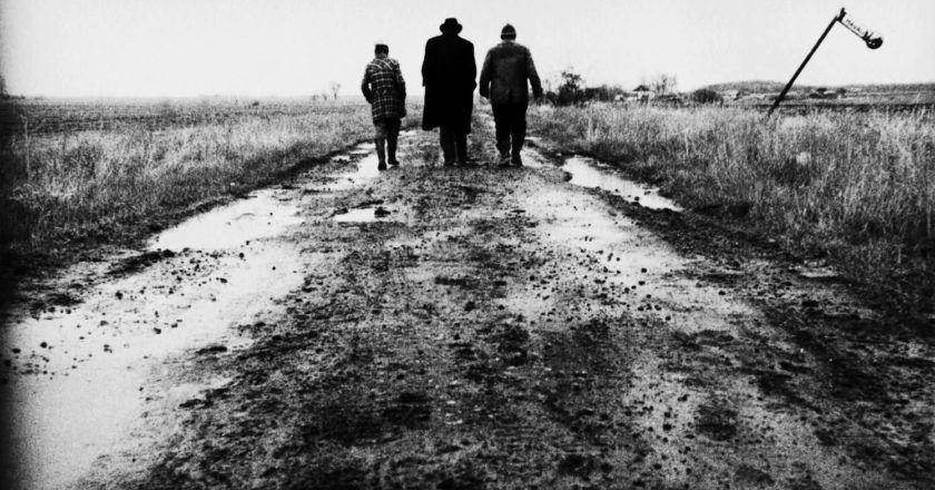 """Kadras iš Béla Tarro filmo """"Šėtono tango"""" Šaltinis - filmlinc.com"""