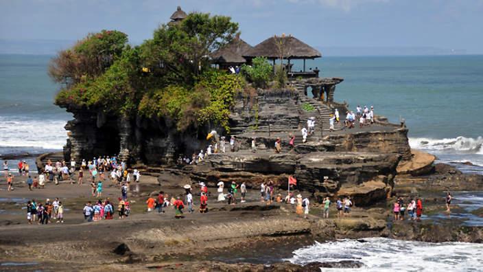 Balyje esanti Tanah lot šventykla, apsupta gausybės turistų.